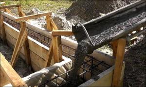 Заливка уже рассчитанного бетона для ленточного основания