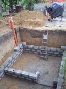 После застывания фундамента подвала выводятся его стены