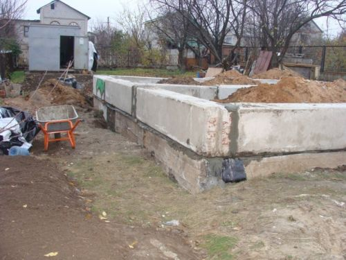Укладываем блоки ФБС после чего производим гидроизоляцию