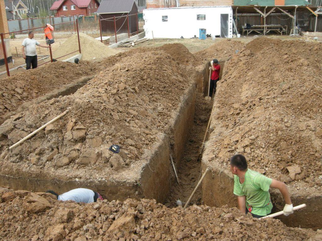 выкапывание ямы под фундамент